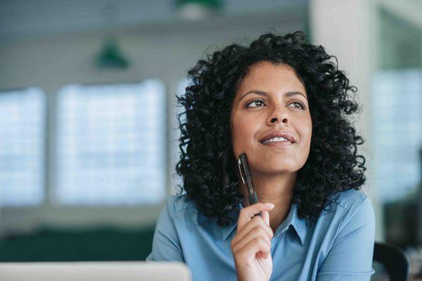 Jeune femme qui se questionne à propos du e-coaching